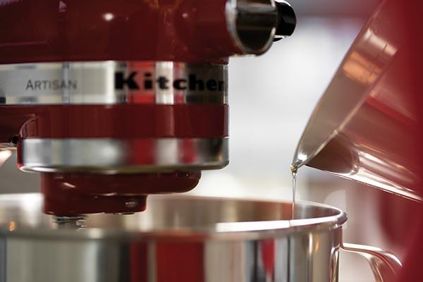Die Küchenmaschine von KitchenAid im Artisan-Design.