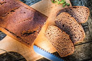 Frisches Brot mit frisch gemahlenem Mehl aus der Getreidemühle