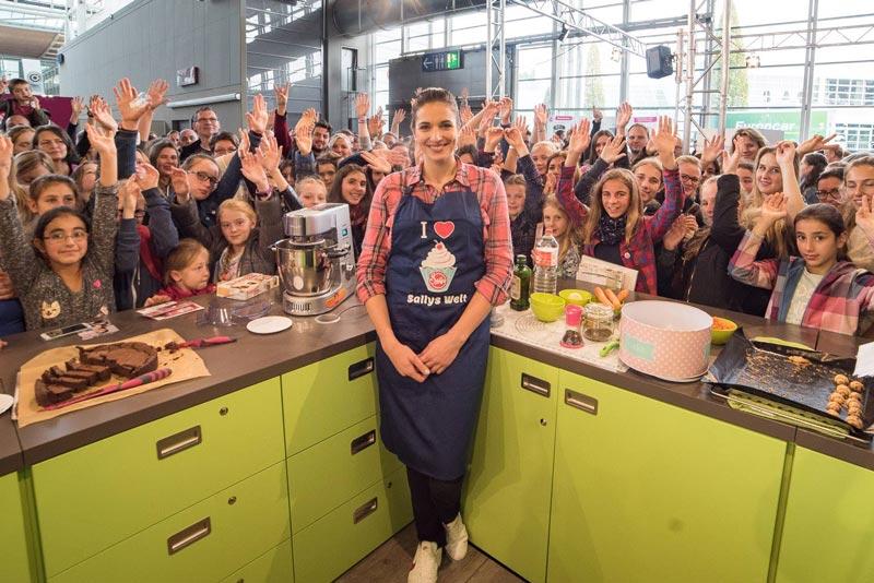 Sally mit Küchenmaschinen von Ramershoven auf der Messe